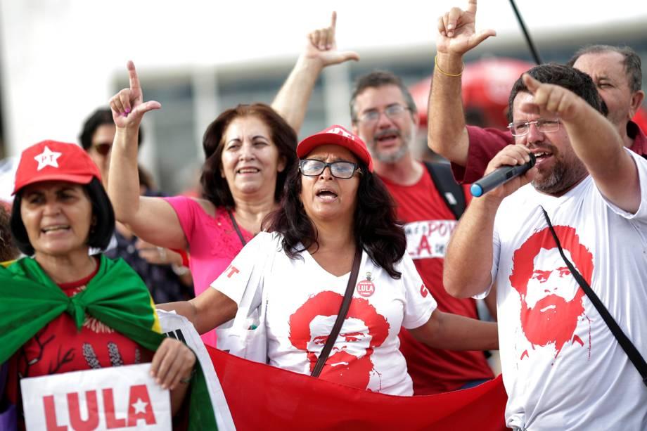 Grupos contrários a prisão do ex-presidente Luiz Inácio Lula da Silva (PT), protestam em frente ao prédio do Supremo Tribunal Federal, em Brasília, enquanto ministros julgam habeas corpus do petista, que tenta evitar a prisão após o julgamento final dos recursos pelo Tribunal Federal da 4º Região (TRF-4) - 22/03/2018