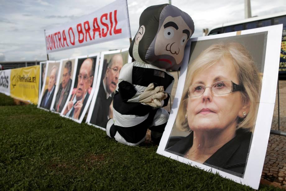 Um homem vestido de Lula com vestes de presidiário durante protesto em Brasilia, DF - 22/03/2018