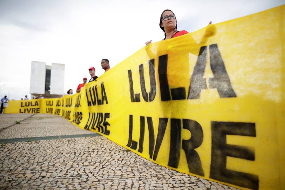 Manifestantes favoráveis ao ex-presidente Lula protestam em Brasília (DF), durante sessão do STF, que julga o habeas corpus preventivo do petista - 22/03/2018