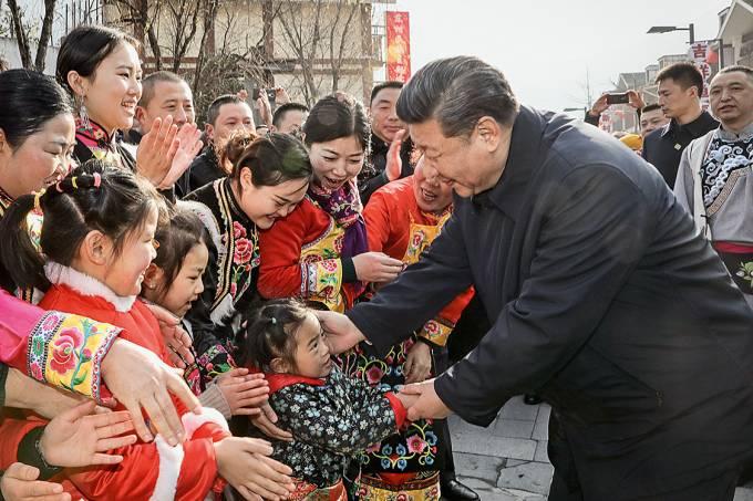 """Culto – Xi em cena clássica de proselitismo popular: seu """"pensamento"""" virou conteúdo escolar"""