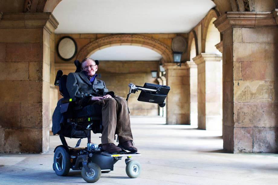 O físico Stephen Hawking posa para foto em Cambridge - 09/12/2014