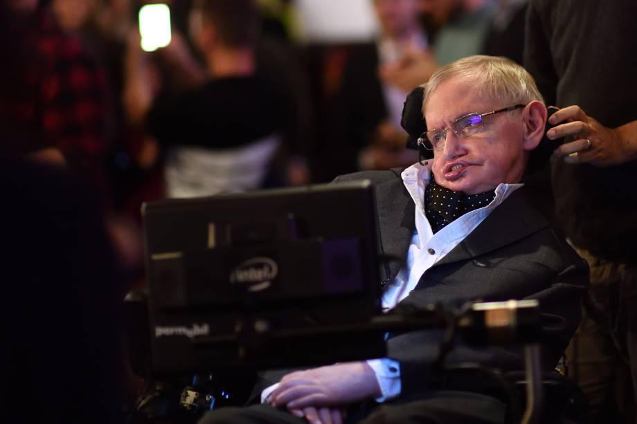 O professor Stephen Hawking é visto durante sua chegada ao Cambridge Union, no condado de Cambridgeshire, Inglaterra - 21/11/2017