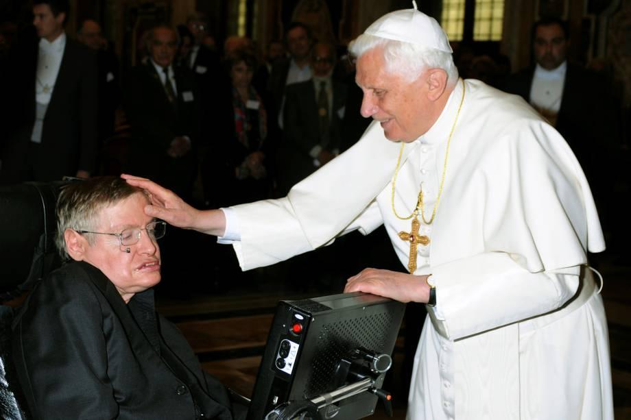 O físico Stephen Hawking recebe bênção do Papa Bento XVI no Vaticano - 31/10/2008