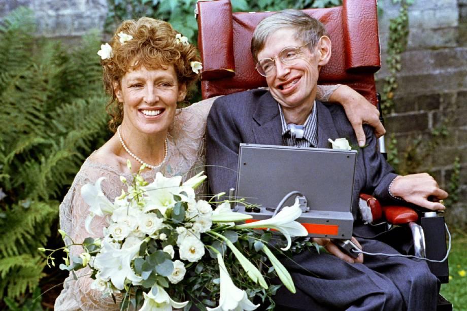 Stephen Hawking e sua esposa Elaine Mason, no dia do matrimônio, realizado na igreja de St. Barnabus - 16/09/1995