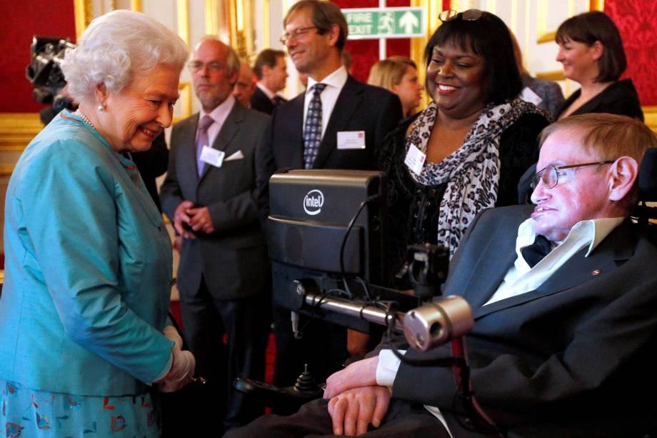 A Rainha Elizabeth, da Grã-Bretanha, cumprimenta Stephen Hawking durante uma recepção da instituição de caridade Leonard Cheshire Disability, no Palácio de São Tiago, em Londres - 29/05/2014