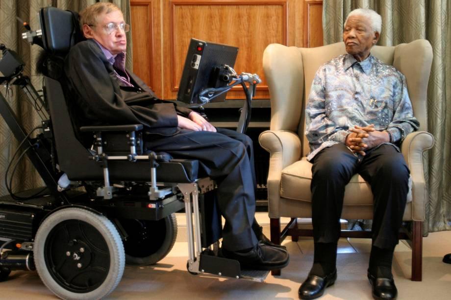 O ex-presidente sul-africano Nelson Mandela, conversa com o físico e teórico Stephen Hawking no escritório da Fundação Mandela, em Joanesburgo - 15/05/2008