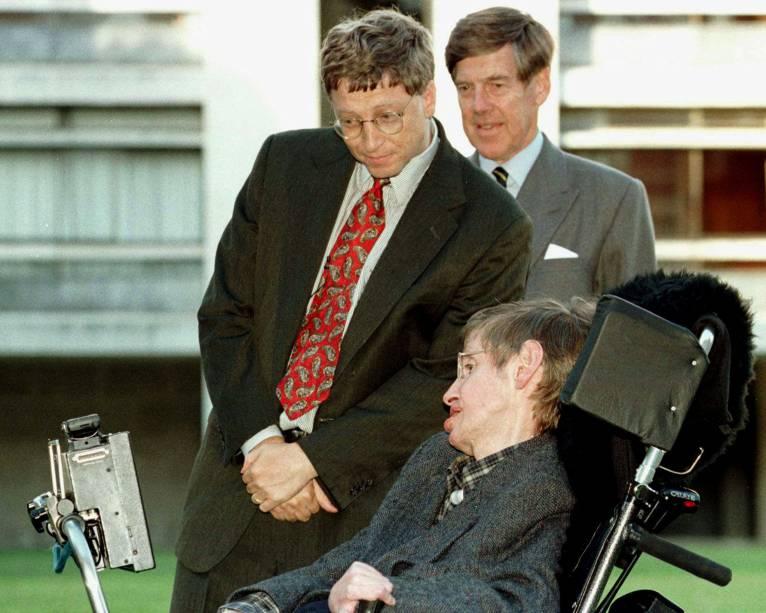 O presidente da Microsoft, Bill Gates, acompanhado pelo vice-chanceler da Universidade de Cambridge, professor Alec Broers, conhece o professor Stephen Hawking durante uma visita ao campus, na Inglaterra - 07/10/1997