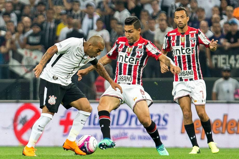Emerson Sheik disputa a bola com Petros, na semifinal do Campeonato Paulista, na Arena Corinthians
