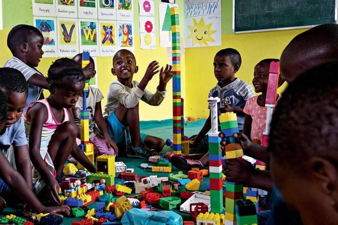 EM CONSTRUÇÃO – As crianças que vivem na Soweto de hoje têm liberdade, escola e uma fixação no futuro desde pequenas, ao contrário das gerações sem esperança que cresceram sob a crueldade do regime segregacionista: apesar de tudo, ainda são altas a taxa de mortalidade infantil e a incidência do vírus HIV