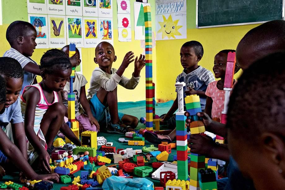 EM CONSTRUÇÃO - As crianças que vivem na Soweto de hoje têm liberdade, escola e uma fixação no futuro desde pequenas, ao contrário das gerações sem esperança que cresceram sob a crueldade do regime segregacionista: apesar de tudo, ainda são altas a taxa de mortalidade infantil e a incidência do vírus HIV