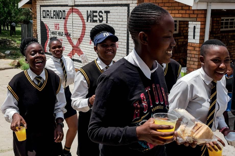 """""""Cool, oh man"""" - A turma da Orlando West High School, escola onde o levante de Soweto começou, não larga o celular, bate ponto no estádio de futebol, devora séries americanas e não presta atenção na política: sobre os protestos que mudaram o curso da África do Sul, em 1976, eles ouvem falar na aula de história"""