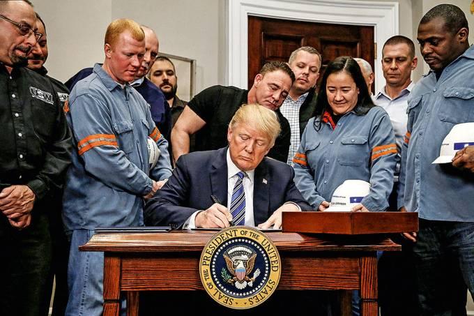Canetada – Trump, com operários, assina a elevação de tarifas sobre aço importado: guerra comercial é ruim para todos