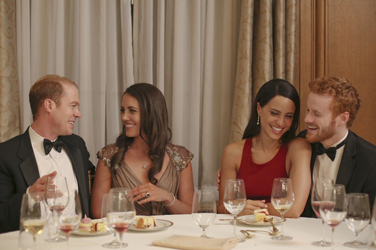 Burgess Abernethy ao lado de Laura Mitchel, como William e Kate Middleton