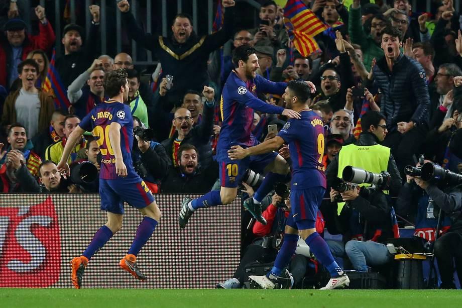 Lionel Messi, jogador do Barcelona, comemora com Luis Suarez seu primeiro gol contra o time inglês Chelsea - 14/03/2018