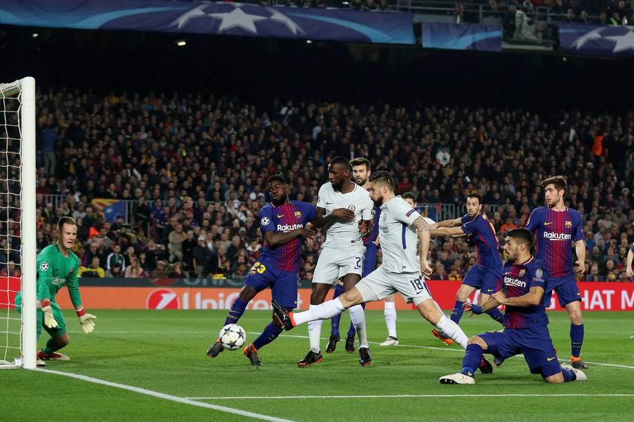 Olivier Giroud, jogador do Chelsea em ação contra Samuel Umiti, do Barcelonai - 14/03/2018