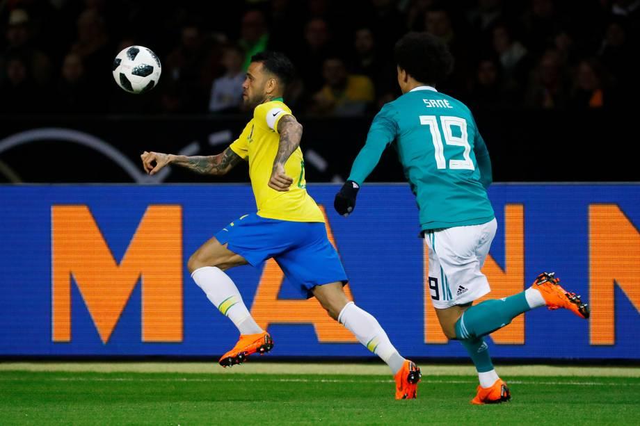 Daniel Alves e Leroy Sané disputam bola durante amistoso entre Brasil e Alemanha - 27/03/2018
