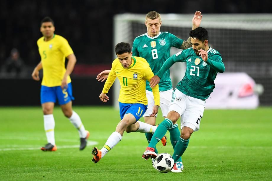 Ilkay Gundogan (dir) disputa bola com Philipe Coutinho (esq), durante partida amistosa entre Brasil e Alemanha, realizada no Estádio Olímpico de Berlim - 27/03/2018