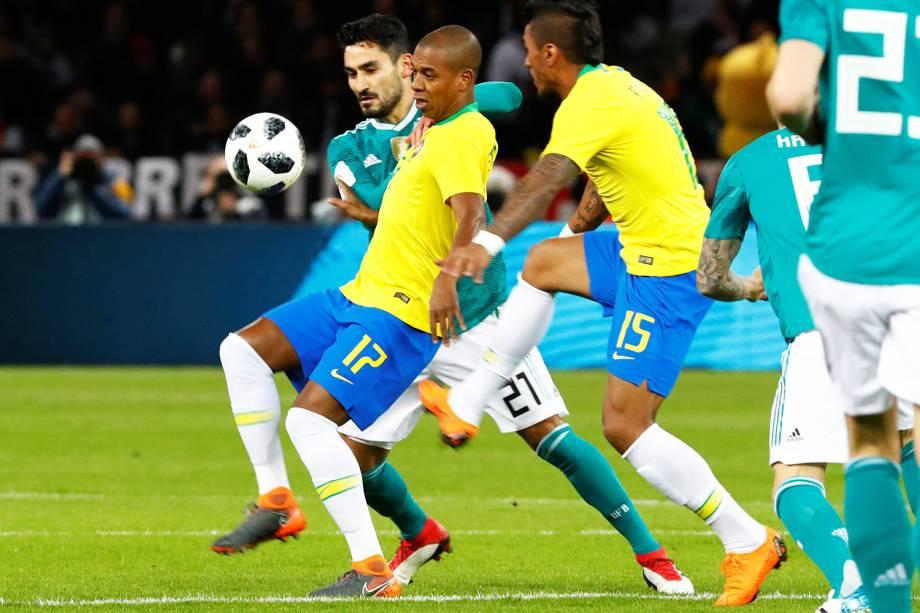 Fernandinho disputa bola com Ikay Gundogan, durante partida amistosa entre Brasil e Alemanha - 27/03/2018