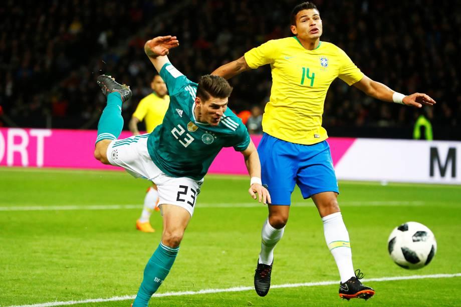 Mario Gomez (esq) e Thiago Silva (dir), durante partida amistosa entre Brasil e Alemanha, realizada no Estádio Olímpico de Berlim - 27/03/2018