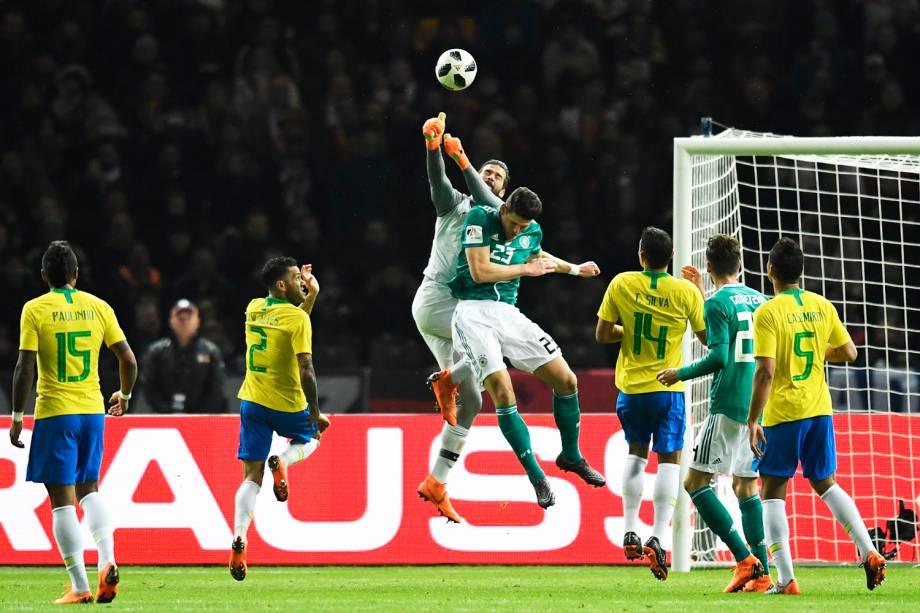 O goleiro Alisson disputa bola com Mario Gomez, durante partida amistosa entre Brasil e Alemanha, realizada no Estádio Olímpico de Berlim - 27/03/2018