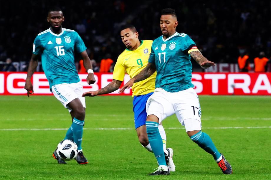 Jerome Boateng (dir) disputa bola com Gabriel Jesus (centro) durante partida amistosa entre Brasil e Alemanha - 27/03/2018