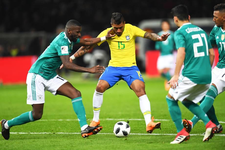 Paulinho (centro) disputa bola com Antonio Ruediger (esq), durante amistoso entre Brasil e Alemanha  - 27/03/2018