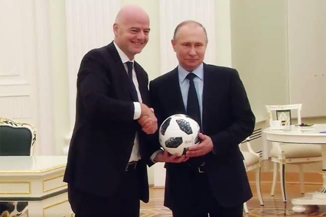 Gianni Infantino e Vladimir Putin fazem embaixadinhas em vídeo da FIFA, faltando 100 dias para o início da Copa do Mundo na Rússia - 06/03/2018