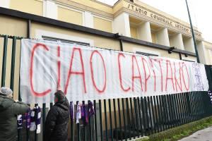 Torcedores prestam homenagens ao ex-zagueiro da Fiorentina, Davide Astori, no Estádio Artemio Franchi. Astori foi encontrado morto em quarto de hotel - 05/03/2018