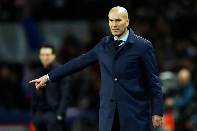 O técnico do Real Madrid, Zinedine Zidane, durante partida contra o PSG, pela Liga dos Campeões, em Paris
