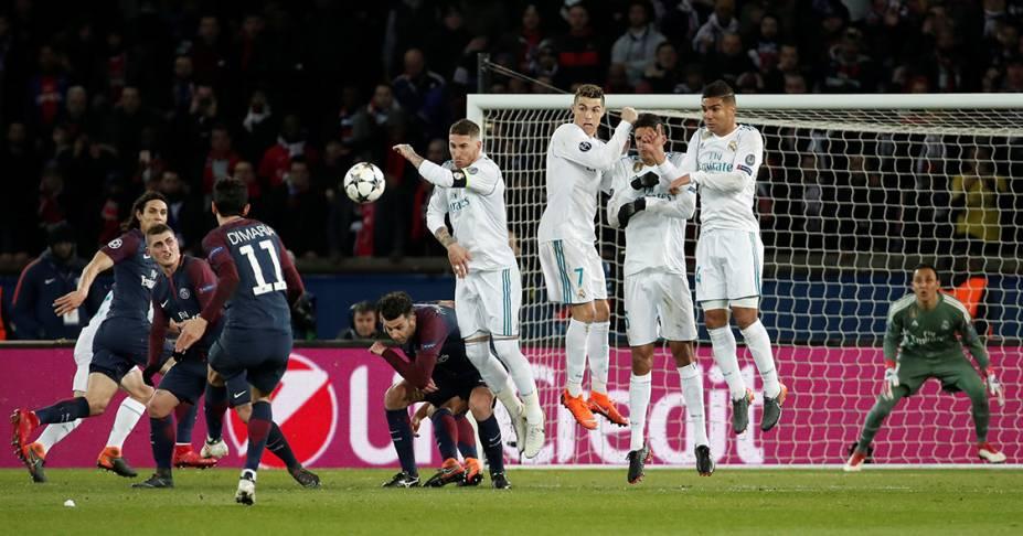 Di Maria, do PSG, durante cobrança de falta na partida contra o Real Madrid, pela Liga dos Campeões, em Paris