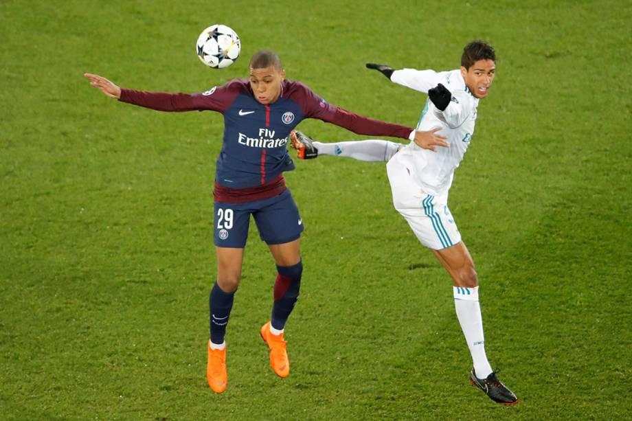 Mbappe disputa a bola com Varane, na partida entre PSG e Real Madrid, em Paris