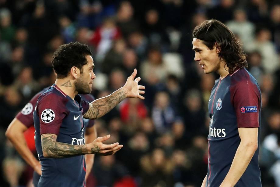 Dani Alves conversa com Cavani, durante partida entre PSG e Real Madrid, em Paris