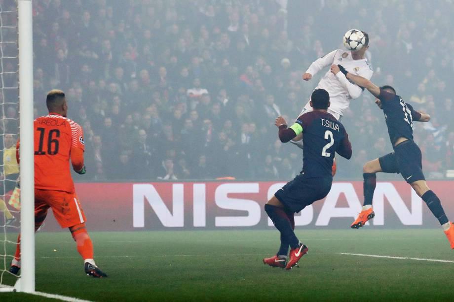 Momento que Cristiano Ronaldo cabeceia a bola e abre o placar para o Real Madrid contra o PSG