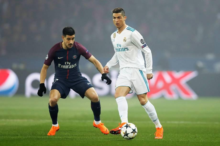 Cristiano Ronaldo e Yuri Berchiche durante partida entre PSG e Real Madrid, válida pelas oitavas-de-final da Liga dos Campeões da Europa - 06/03/2018