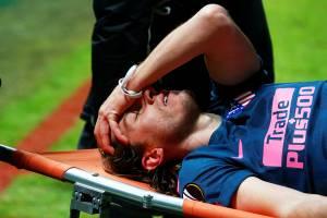 O jogador Filipe Luís sai de campo lesionado durante partida entre Atlético de Madrid e Lokomotiv Moscow - 15/03/2018