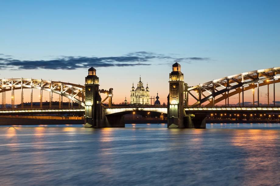 Grande ponte Peter e catedral Smolny