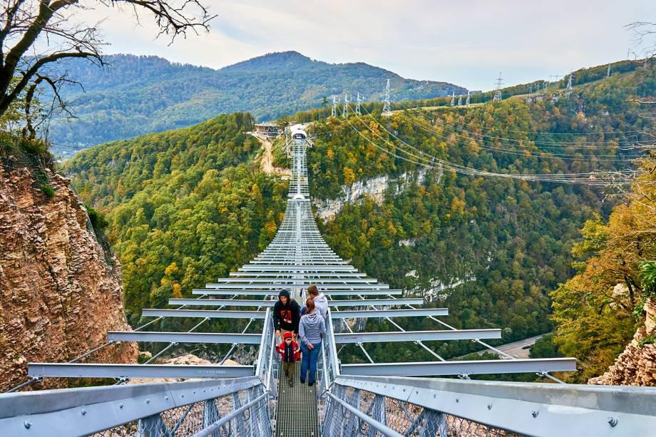 Maior ponte suspensa do mundo, localizada no parque nacional de Sochi