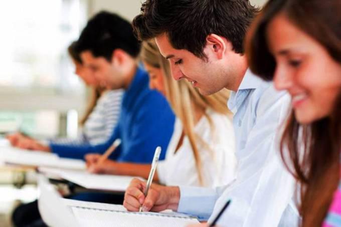 Estudantes em vestibular