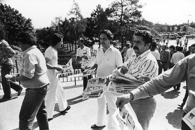 Fernando Henrique Cardoso, candidato a senador pelo MDB, ao lado de Lula, panfletando na porta da Volkswagen, em 1978