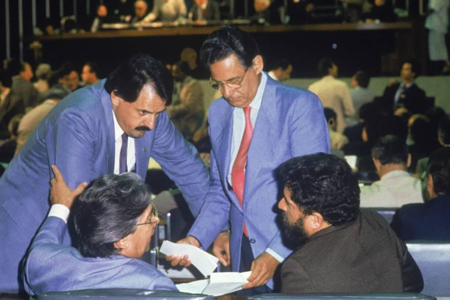 """Fernando Henrique Cardoso, Mário Covas e Lula durante a votação do Pacote Social da Assembleia Constituinte, em 1988.<div class=""""day-content""""><div class=""""list-posts""""><div class=""""item""""><div class=""""content-txt""""></div></div></div></div>"""