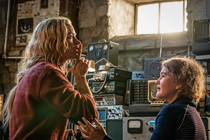 SHHHH! – Emily e Millicent, como mãe e filha obrigadas ao silêncio absoluto: ameaça à vida e à existência social