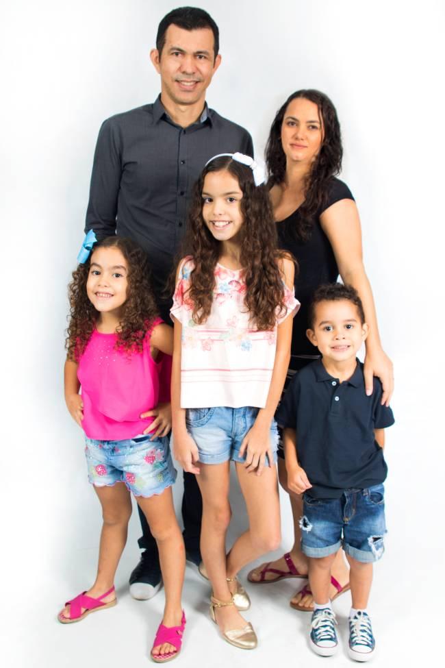 As irmãs youtubers Ester, 6 anos, e Eloah, 11 anos, junto com o irmão mais novo Silas, de 4 anos, que ingressou no youtube a pouco tempo, e os pais Eliane e Giltone Rocha