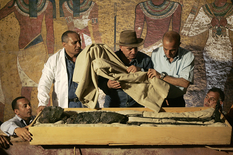Zahi Hawass surpevisiona a remoção das faixas da múmia de Tutankhamun da sua tumba para estudos científicos posteriores