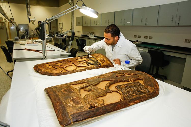 Restaurador Ahued El Sheikka  cuida de uma restauração completa em dois escudos da tumba de  Tutankhamun.