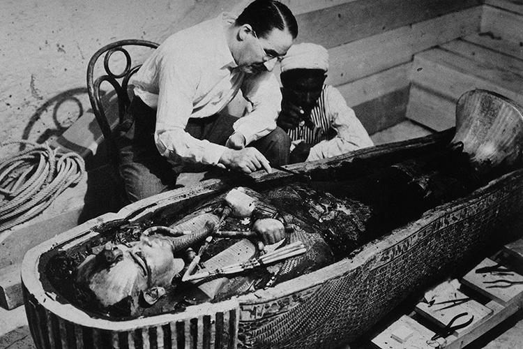 Howard Carter e um trabalhador egípicio examinam a terceira camada de Tutankhamun feita de ouro sólido, dentro da segunda camada. Outubro 1925