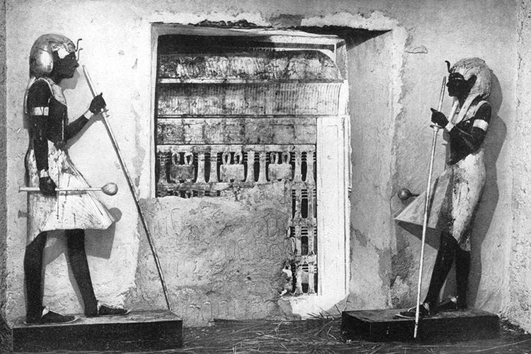 Duas estátuas guardiãs protegem Tutankhamun na entrada da antecâmara, para a câmara funerária que está desmontada - 16/02/1923