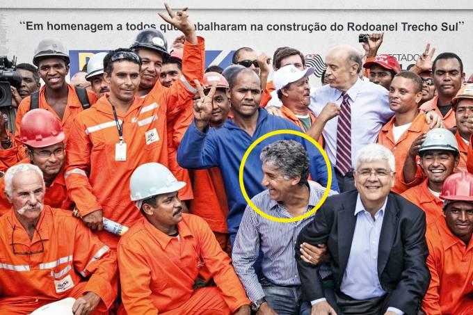 À vontade no ninho – O ex-diretor da Dersa (no círculo) em cerimônia de inauguração de trecho do Rodoanel, em 2010, no governo de José Serra (de gravata)