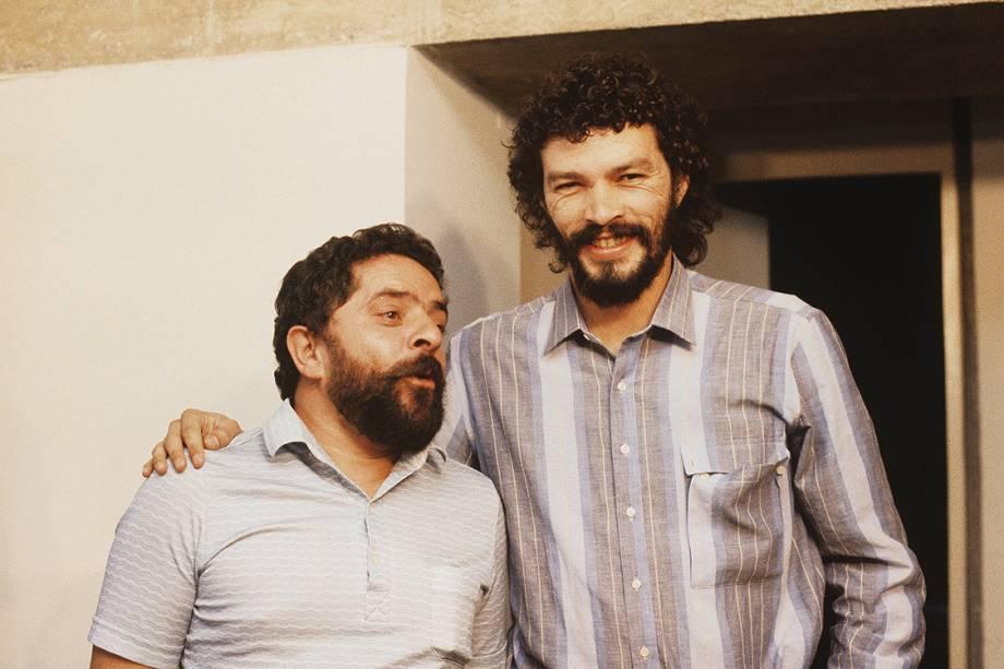 Lula posa ao lado do jogador Sócrates, um dos grandes nomes do Corinthians, seu time.