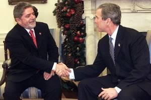 Luiz Inácio Lula da Silva, então presidente da República, cumprimenta George W. Bush, presidente dos EUA, na Sala Oval da Casa Branca - 10/12/2002