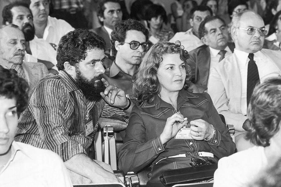 Lula e sua esposa, Marisa Letícia, assistem ao julgamento do Supremo Tribunal Militar (STM), em 1981, que anulou o processo contra ele e outros dez dirigentes sindicais. Os réus haviam sido processados pela Lei de Segurança Nacional por incitação à desobediência, na greve dos metalúrgicos no ano anterior.